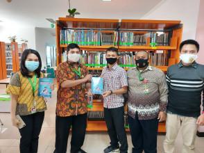 Tambah Kekayaan Pustaka, Dosen FIK Sumbang Buku untuk Perpustakan UPN Veteran Jakarta
